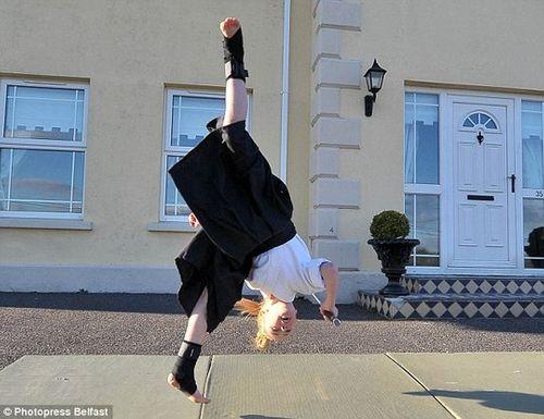 Cô bé 9 tuổi người Anh múa kiếm cực đỉnh - Ảnh 7