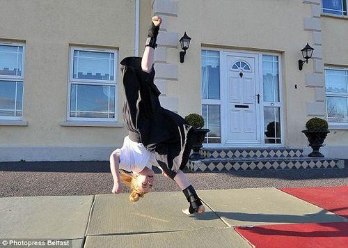 Cô bé 9 tuổi người Anh múa kiếm cực đỉnh - Ảnh 8