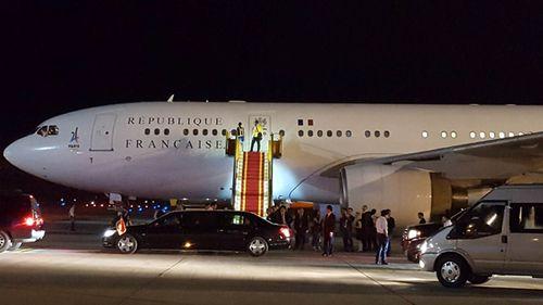 Tổng thống Pháp đã tới Hà Nội, bắt đầu chuyến thăm chính thức Việt Nam - Ảnh 1