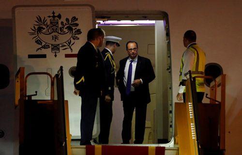 Tổng thống Pháp đã tới Hà Nội, bắt đầu chuyến thăm chính thức Việt Nam - Ảnh 2