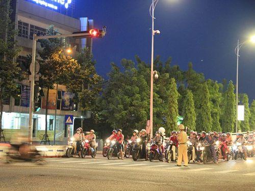 Đà Nẵng tắt đèn tín hiệu, cảnh sát ra đường điều tiết giao thông giờ cao điểm - Ảnh 1