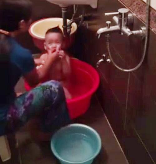 """Tá hỏa phát hiện con trai bị người giúp việc """"hành"""" khi tắm qua camera - Ảnh 1"""