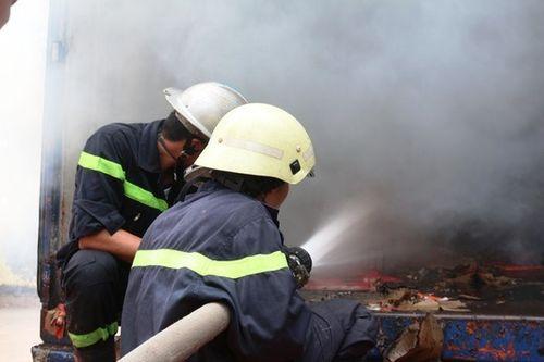 Cháy thùng container giữa bãi đậu xe, nhiều người phát hoảng - Ảnh 1