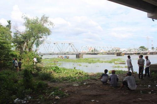 Giật mình phát hiện xác phụ nữ nổi lập lờ trên sông Sài Gòn - Ảnh 1
