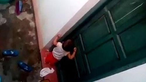 Vụ trẻ mầm non nhặt rác ăn: Một cô giáo bị sa thải  - Ảnh 1