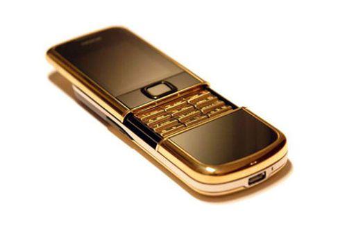 Phát hiện điện thoại giá gần 1 tỷ đồng kẹt trong máy bay - Ảnh 1
