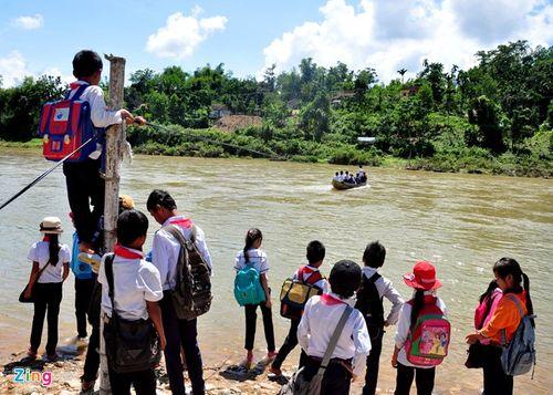 Học sinh mạo hiểm đu dây qua sông - Ảnh 1