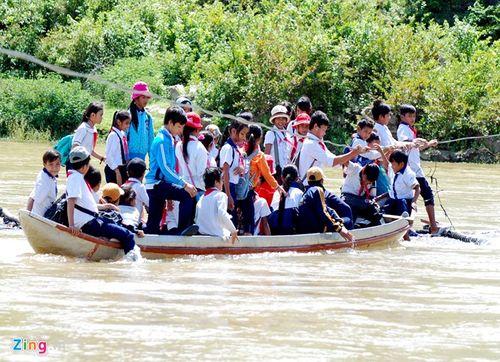 Học sinh mạo hiểm đu dây qua sông - Ảnh 4