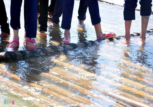 Học sinh mạo hiểm đu dây qua sông - Ảnh 7