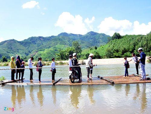 Học sinh mạo hiểm đu dây qua sông - Ảnh 8