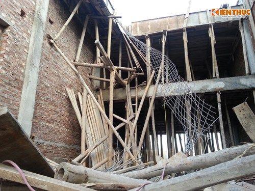 Bất ngờ nhà sập khi đổ mái bê-tông, 6 người thương vong - Ảnh 1