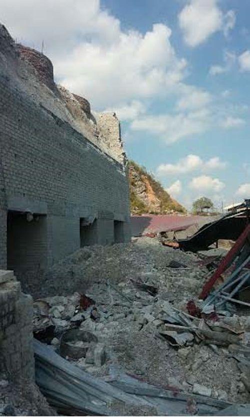 Bức tường lò vôi đổ sập vùi lấp 3 người tại Hải Phòng - Ảnh 2