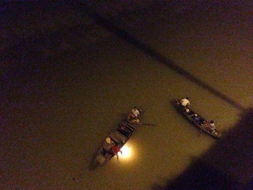 Cô gái bỏ lại xe máy trên cầu, nhảy sông tự tử vì buồn chán - Ảnh 1