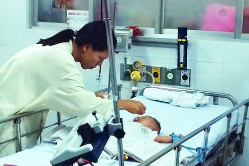 Vụ bé trai bị đâm xuyên sọ: Chưa rõ loại vi trùng gây bệnh - Ảnh 2