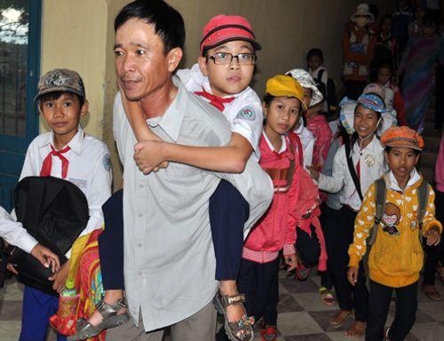 Cảm động cha nghèo tám năm cõng ước mơ cho con bại liệt - Ảnh 1