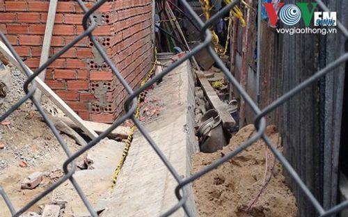 Máng xối bê tông nặng hàng tấn đổ sập đè trúng 2 thợ xây - Ảnh 1