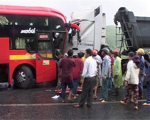 Xe khách tông xe đầu kéo, 9 người thương vong  - Ảnh 1