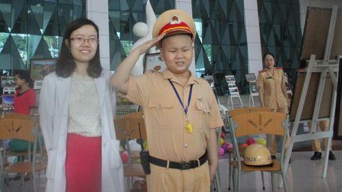 Bí thư Đà Nẵng gửi thư khen đơn vị giúp cậu bé ung thư làm CSGT - Ảnh 2