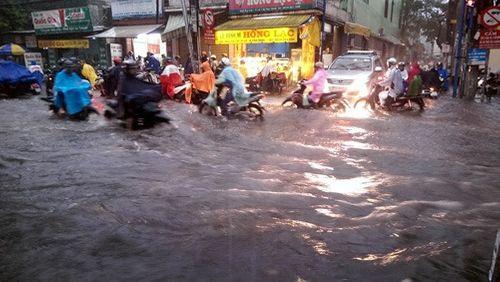 Hàng không hoãn chuyến, đường bộ tê liệt do mưa lớn tại TP Hồ Chí Minh - Ảnh 1
