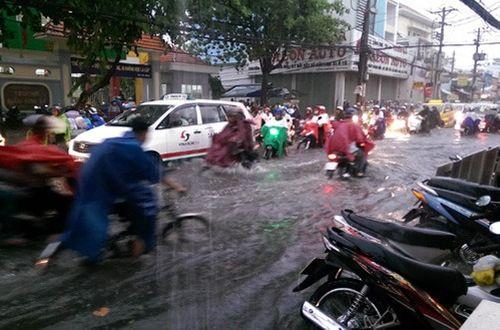 Hàng không hoãn chuyến, đường bộ tê liệt do mưa lớn tại TP Hồ Chí Minh - Ảnh 2