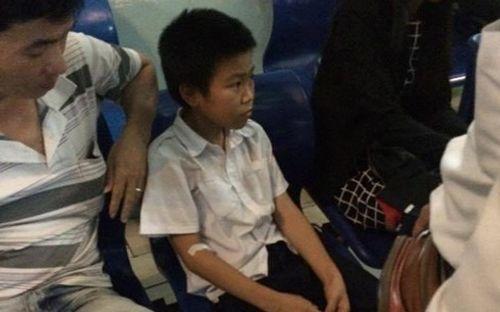 Đùa với ong, 51 học sinh ở Hà Nội bị đốt phải nhập viện - Ảnh 1
