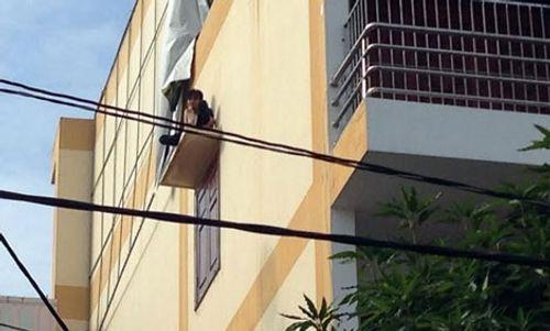 2 giờ khống chế nam thanh niên ngáo đá la hét trên cửa sổ cao 20 m - Ảnh 1