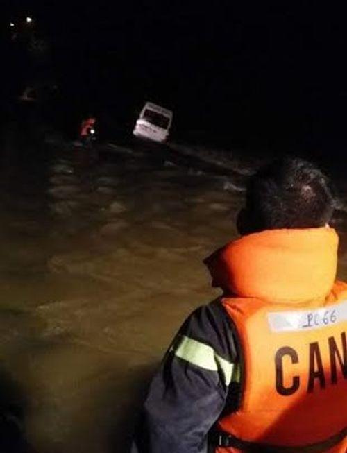Xe khách 16 chỗ cố tình qua cầu ngập nước, một hành khách mất tích - Ảnh 1
