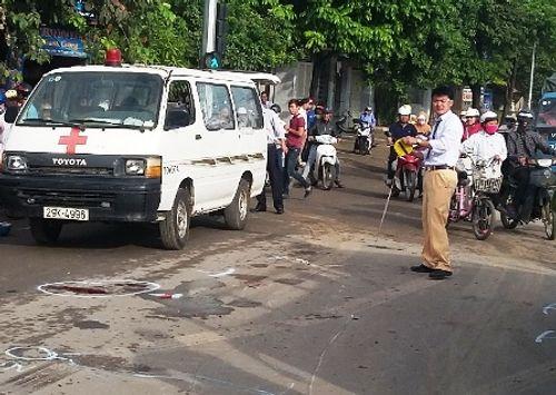 Dừng chờ đèn đỏ, 2 phụ nữ bị xe tải phía sau tông thương vong - Ảnh 1