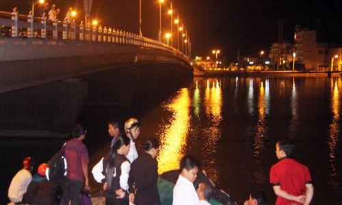 Ra giữa sông ăn uống trong đêm, một học sinh mất tích do thuyền lật - Ảnh 2