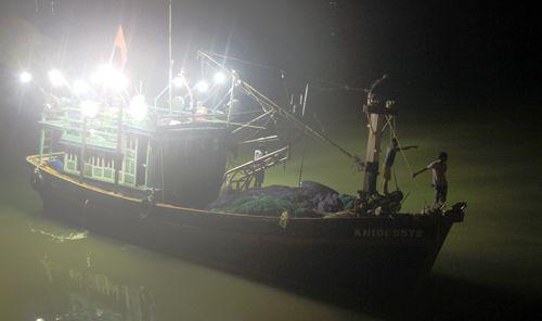 Ra giữa sông ăn uống trong đêm, một học sinh mất tích do thuyền lật - Ảnh 1
