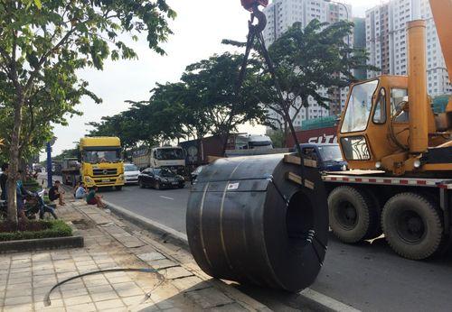 Người dân hỗn loạn khi hai cuộn thép 40 tấn rơi từ ôtô xuống  - Ảnh 2