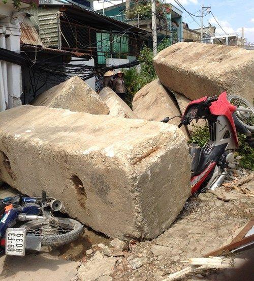 Đứng tim nhìn tấm bê tông trăm tấn đè bẹp nhiều xe máy - Ảnh 1