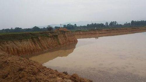 """Hà Nội: Nông dân """"kêu"""" ruộng bị xã đào sâu không thể cấy - Ảnh 1"""