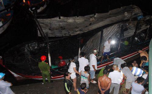 Hai tàu du lịch bất ngờ cháy nổ, khu cảng Nha Trang náo loạn - Ảnh 2
