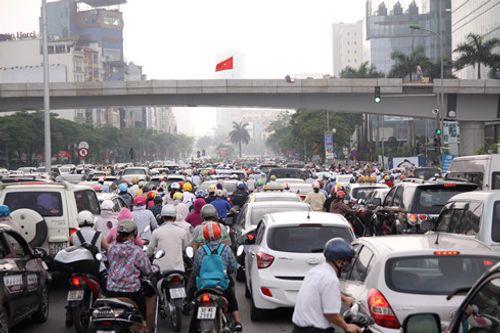 Giao thông Hà Nội, TP HCM hỗn loạn sau nghỉ lễ 30/4 - Ảnh 3