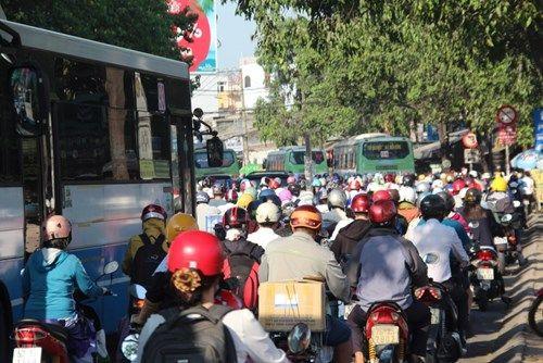 Giao thông Hà Nội, TP HCM hỗn loạn sau nghỉ lễ 30/4 - Ảnh 5