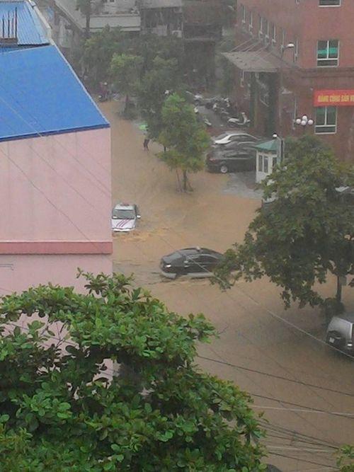 Chùm ảnh: Đường phố thành sông do mưa lớn kéo dài ở Quảng Ninh - Ảnh 5