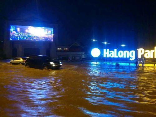 Chùm ảnh: Đường phố thành sông do mưa lớn kéo dài ở Quảng Ninh - Ảnh 1