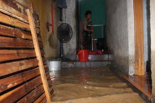 Chùm ảnh: Đường phố thành sông do mưa lớn kéo dài ở Quảng Ninh - Ảnh 9