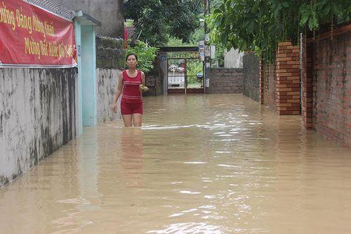 Chùm ảnh: Đường phố thành sông do mưa lớn kéo dài ở Quảng Ninh - Ảnh 10
