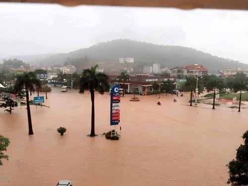 Chùm ảnh: Đường phố thành sông do mưa lớn kéo dài ở Quảng Ninh - Ảnh 2