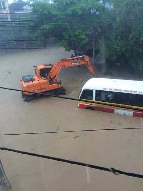 Chùm ảnh: Đường phố thành sông do mưa lớn kéo dài ở Quảng Ninh - Ảnh 4