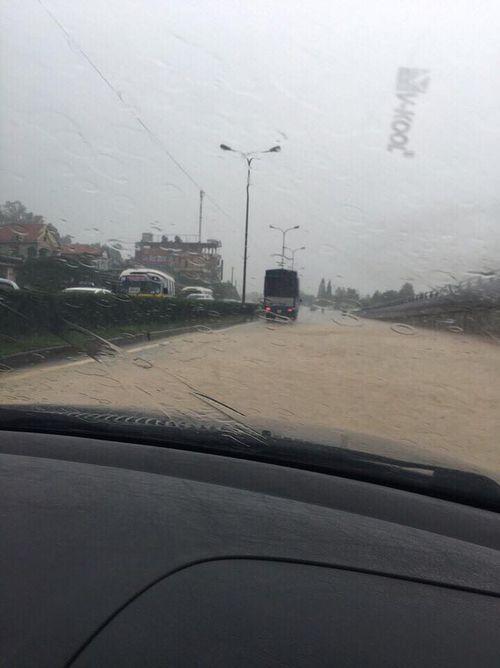 Chùm ảnh: Đường phố thành sông do mưa lớn kéo dài ở Quảng Ninh - Ảnh 6