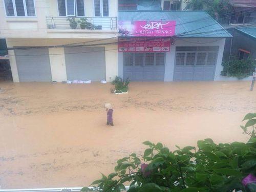 Chùm ảnh: Đường phố thành sông do mưa lớn kéo dài ở Quảng Ninh - Ảnh 7