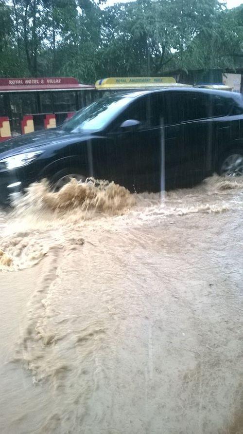 Chùm ảnh: Đường phố thành sông do mưa lớn kéo dài ở Quảng Ninh - Ảnh 8