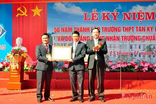Trường THPT Tân Kỳ nhận bằng khen Thủ tướng, đạt trường chuẩn Quốc gia - Ảnh 2