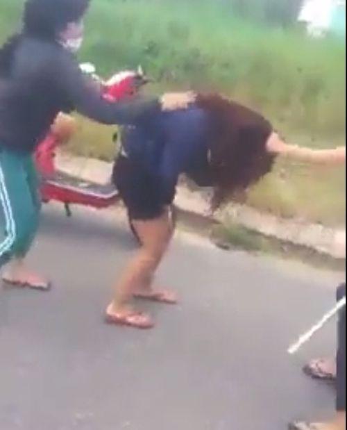 Triệu tập 5 người trong clip nữ sinh bị đánh trên Facebook - Ảnh 2
