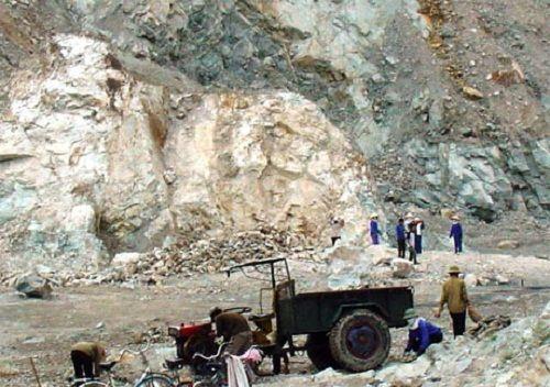 Bị đá nổ mìn văng trúng đầu, một lái xe tử vong - Ảnh 1
