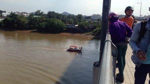 Cô gái bất ngờ bỏ lại xe máy, gieo mình xuống sông Đồng Nai - Ảnh 1