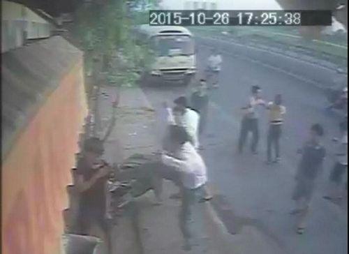 Vụ côn đồ đánh người phụ nữ bán bánh mỳ: Bắt giữ 3 nghi phạm - Ảnh 1